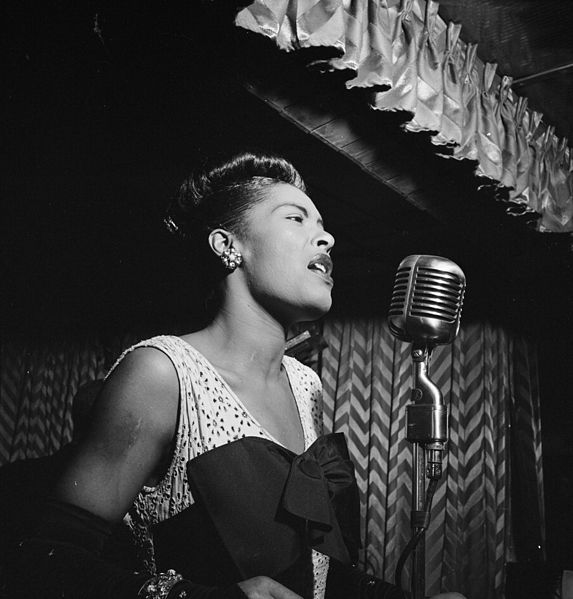 573px-Billie_Holiday,_Downbeat,_New_York,_N.Y.,_ca._Feb._1947_(William_P._Gottlieb_04251)