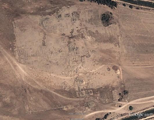 Una foto aerea del sito che mostra il suo layout complessivo, che risale al 2012 quando rimaneva un tampone di deserto attorno a gran parte del complesso.