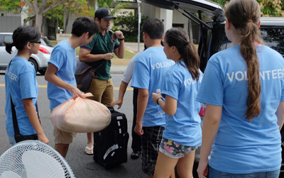Teams of volunteers help students move.