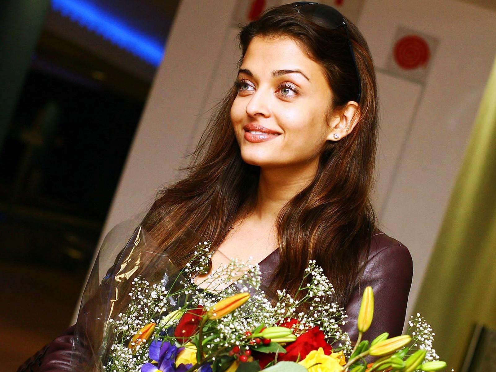 3d Wallpaper Natural Beauty Aishwarya Rai Beauty In Flowers Wallpapers Hd Wallpapers