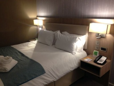 holiday inn manchester city centre review room bed