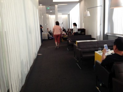air-lounge-vienna-airport-hallway-sitting