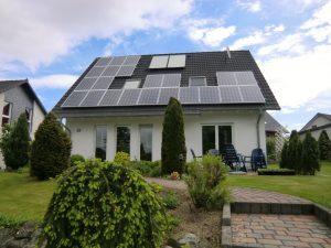 Henke Solartechnik für Bückeburg - Das Dach ist ein Gesamtkunstwerk: Dacheindeckung und Dachdämmung, Abdichtung und Systemteile, dazu vielleicht eine Solaranlage - alles muss haargenau zueinander passen.