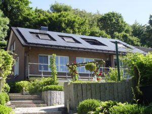 Henke Dachdecker für Stadthagen - Nach einer Dachsanierung sind Dach und Haus wieder ein optisches Highlight. Dämmung und Dacheindeckung bringen Wärmeschutz und Optik in Einklang