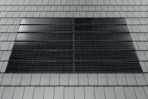 Henke Solartechnik in Obernkirchen - Moderne Optik, lange Lebensdauer und Energieeinsparung inklusive: Dachziegel in angesagten Farben und dazu passende Photovoltaik-Module liegen im Trend und machen das Dach lange zum Hingucker. Foto: Braas GmbH