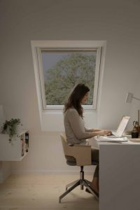 Henke Dachdecker für Rinteln - Mit elektrochrom verglasten Dachfenstern von Velux lässt sich Sonnen- und Hitzeschutz optimal auf Tageszeit und Wetter abstimmen.