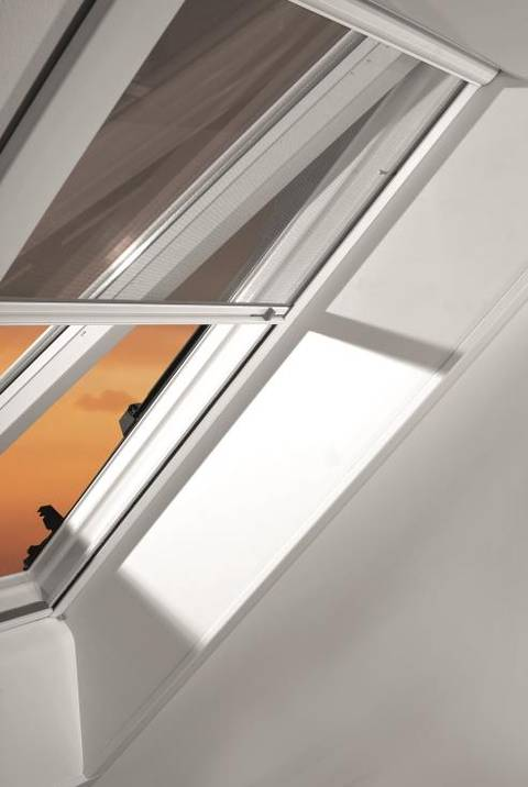 Henke Dachdecker für Bückeburg - Roto Insektenschutzrollo: Zuverlässiger Schutz vor Insekten - auch bei geöffnetem Dachfenster.