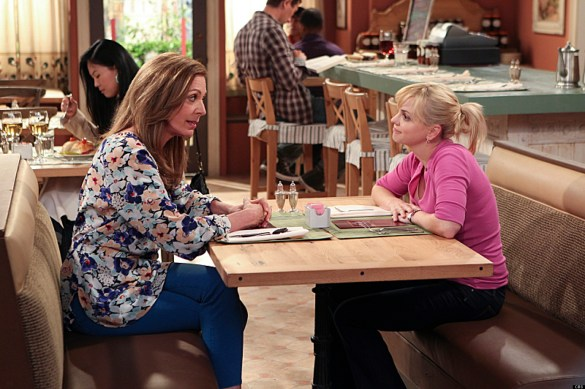 "o MOM CBS facebook 585x389 Flashes Before Your Eyes: Mom & The Crazy Ones ""Pilot"" Reviews"