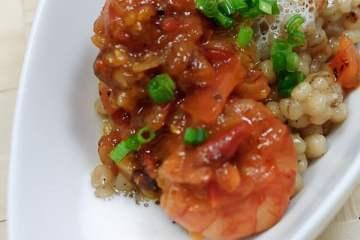 Vanille-Graupen mit Garnelen im Tomatensugo
