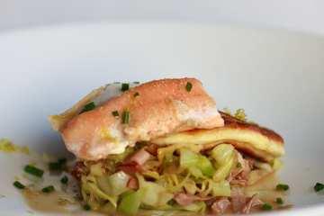 gedaempfter-saibling-auf-spitzkohlsalat-mit-kartoffelblini