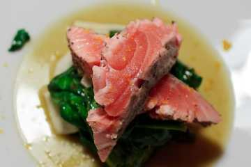 sashimi-vom-lachs-mit-spinatsalat