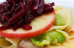 pasta-mit-zwiebel-confit-aepfeln-maronen-und-rosenkohl