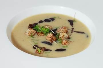 riesling-suppe-mit-zimt-croutons-weintrauben-kuerbiskernoel
