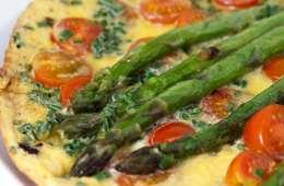 frittata-mit-gruenem-spargel-und-tomaten