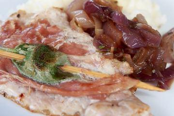saltim-bocca-mit-weisser-polenta-und-zwiebeln