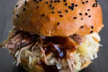 pulled-pork-burger-krautsalat-bbq-sauce