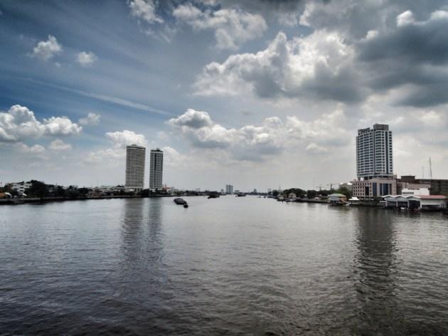 Bangkok - Chao Phraya. Wolken, ich mag Wolken. Und Skylines. Und Wasser.