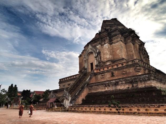 Chiang Mai - Wat Chedi Luang. Die Mönche sind über irgendwas in lautes Lachen ausgebrochen, was auf einem Foto von hinten gar nicht mal so auffällt.