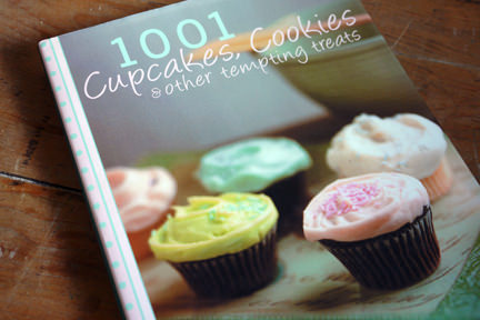 cover of 1001 cupcakes, cookies & other tempting treats cookbook