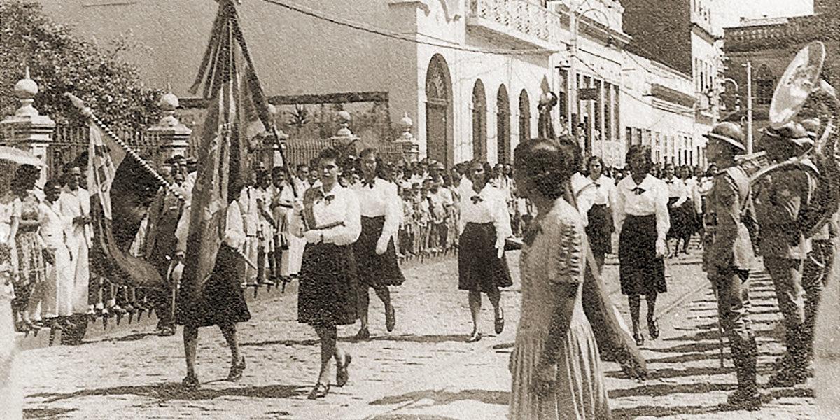 Desfile escolar na rua da Alegria, em Maceió