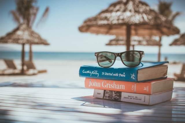 Lezen en luisteren in de vakantie. Geniet er van! Foto: CC0/Pexels