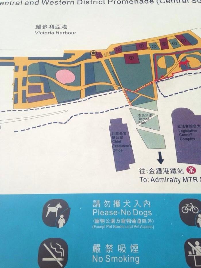 可是要入狗公園卻必經康文署公園,該處卻列明不準狗准入,主人隨時被票控。