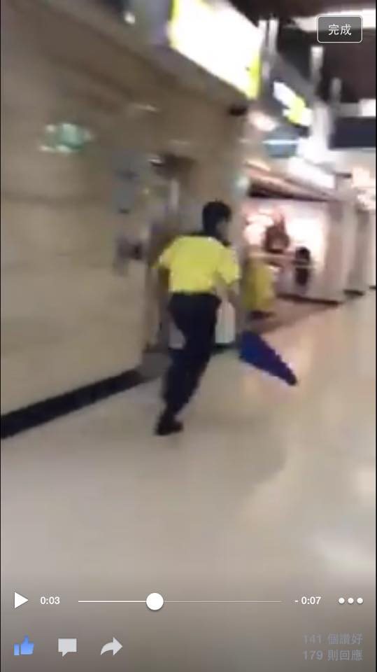 昨晚有狗狗走進沙田港鐵站,被多名職員以布掍追趕,狀甚驚慌。 香港動物報圖片