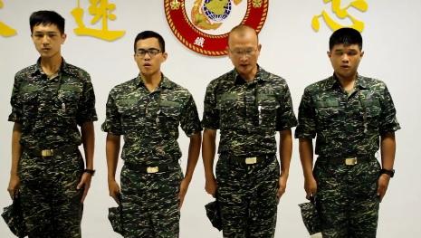 台海軍陸戰隊上載短片鞠躬道歉,涉事軍人班長陳祐才(左二),隊員張峰瑜(右一)、胡家瑋(左一)。