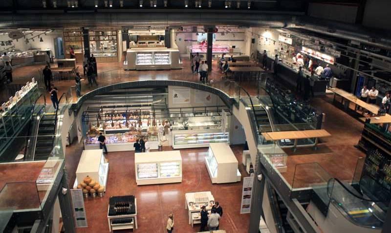 No terceiro andar, o Brace Bar & Griglia proporciona essa vista de toda a loja.