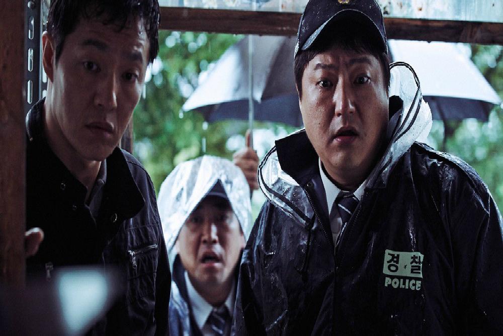 3-the-wailing-jong-goo-at-crime-scene-close-up