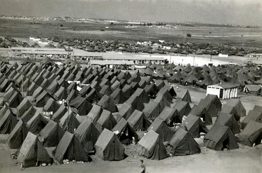 כאשר מאות-אלפי פליטים החלו לנהור מארצות-ערב למדינה היהודית החדשה, לא הייתה לממשלת ישראל ברירה אלא להקים מאהלים, היכן שהמהגרים התגוררו במשך כמה שנים.  Photo: Zoltan Kluger