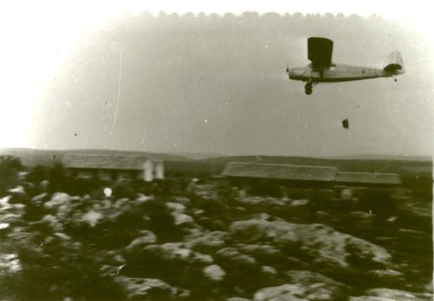 ר.וו.ד-13 של שירות האוויר מטיל אספקה לקיבוץ יחיעם הנצור, ינואר 1948
