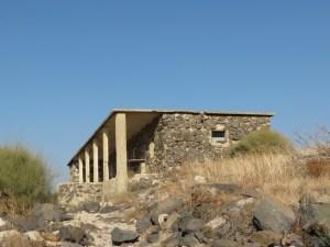 בית אבן גדול שנבנה מאבני בזלת על ידי הצבא