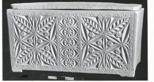 """הגלוסקמה של """"מתתיהו בן יהודה"""". ניתן לראות את פיתוחי הפרחים על הגלוסקמה. העתק שלה מוצג במוזיאון ישראל צילום: משה גלנץ"""
