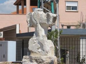 פסל בכניסה לג׳יש