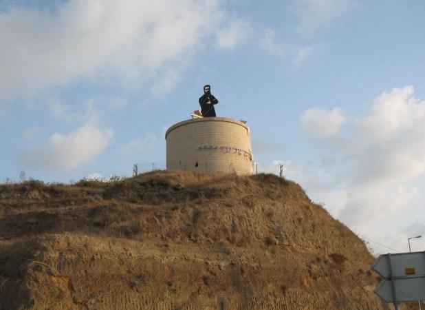 דמותו של הרצל, על-גבי מגדל מים בכניסה להרצליה, בסמוך למחלף הסירה צילום:Ori~