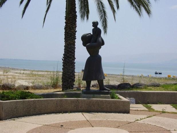 """פסל """"האם ובנה"""" של הפסלת חנה אורלוף בקיבוץ עין גב צילום:avishai teicher User:Avi1111"""