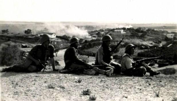 """חיילי צה""""ל משקיפים על הכפר קוביבה לאחר כיבושו, מאי 1948"""