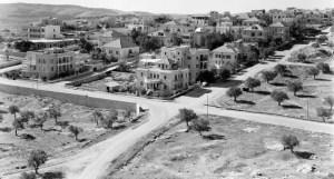שכונת טלביה בראשיתה - מבט ממזרח למערב על צומת הרחובות ז'בוטינסקי, שלום עליכם ויצחק אלחנן (שמות נוכחיים) יוצר:American Colony (Jerusalem). Photo Dept., photographer