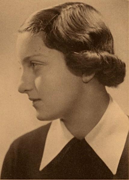 חנה סנש בתלבושת בית ספר בגיל 16