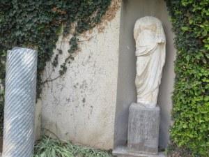 פסלים בחצר הפנימית