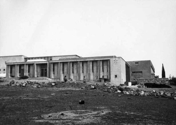 חזית בניין הקבע של המשכן לאמנות, שנות ה-50 של המאה ה-20