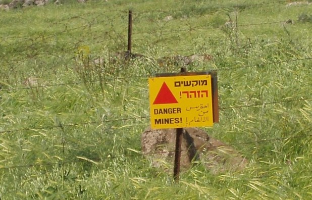 Minefield warning on the Golan Heights, still valid more than 40 years after the field's mining by the Syrian army. צילום: David Shay