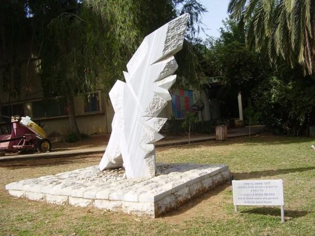אנדרטה בכפר הירוק לזכר מאשה ברוסקינה ושאר הלוחמות היהודיות שנספו במלחמתן נגד הנאצים
