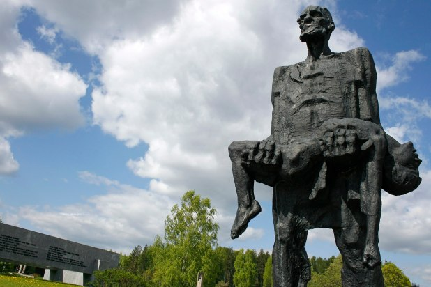 Khatyn Memorial. The Nazis murdered civilians in 5,295 different localities in occupied Soviet Belarus. צילום John Oldale