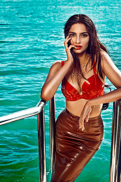 Unseen Girl Wallpaper Sonam Kapoor Hot Photos And Wallpapers In Bikini