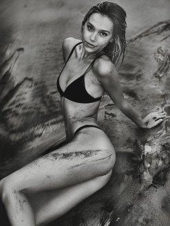 Alexis Ren (40)
