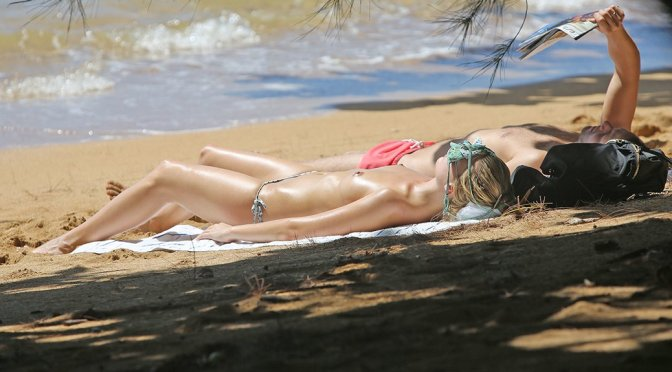 Margot Robbie – Topless Candids in Hawaii