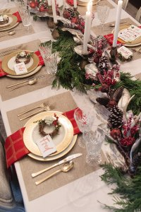 A CLASSIC RED AND GOLD CHRISTMAS TABLESETTING - HOUSE of ...