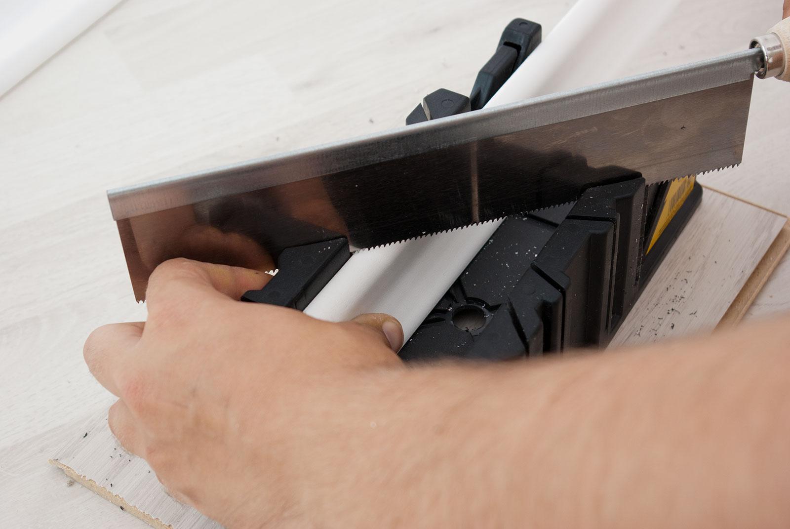 Как сделать внутренний угол на плинтусе
